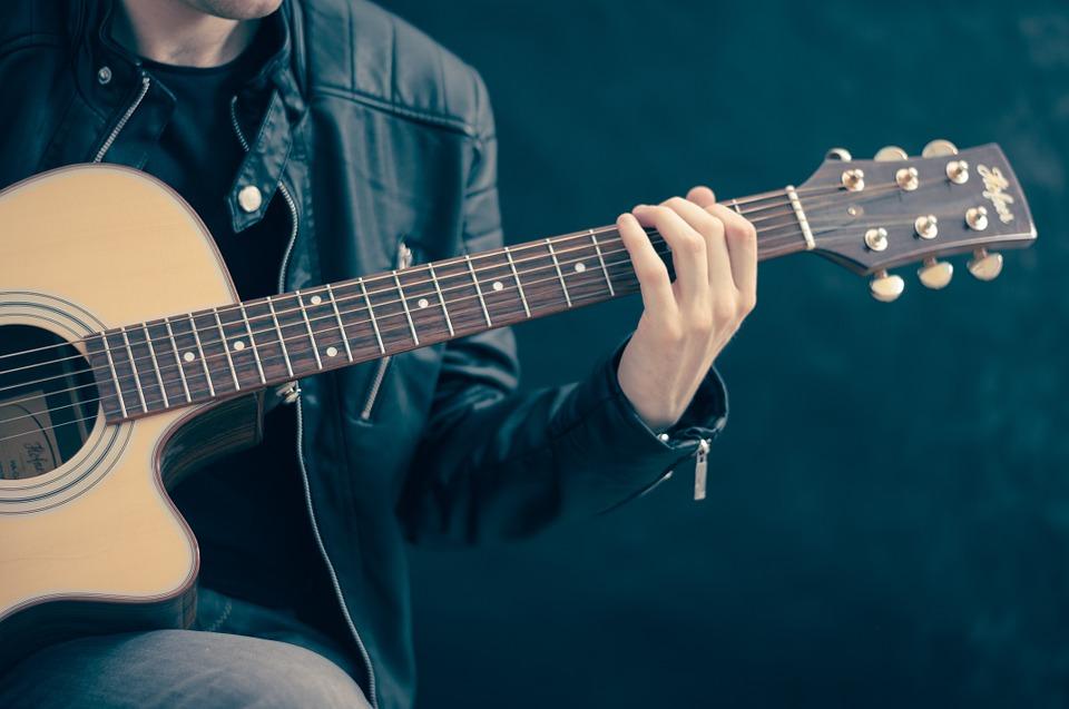 med en guitar