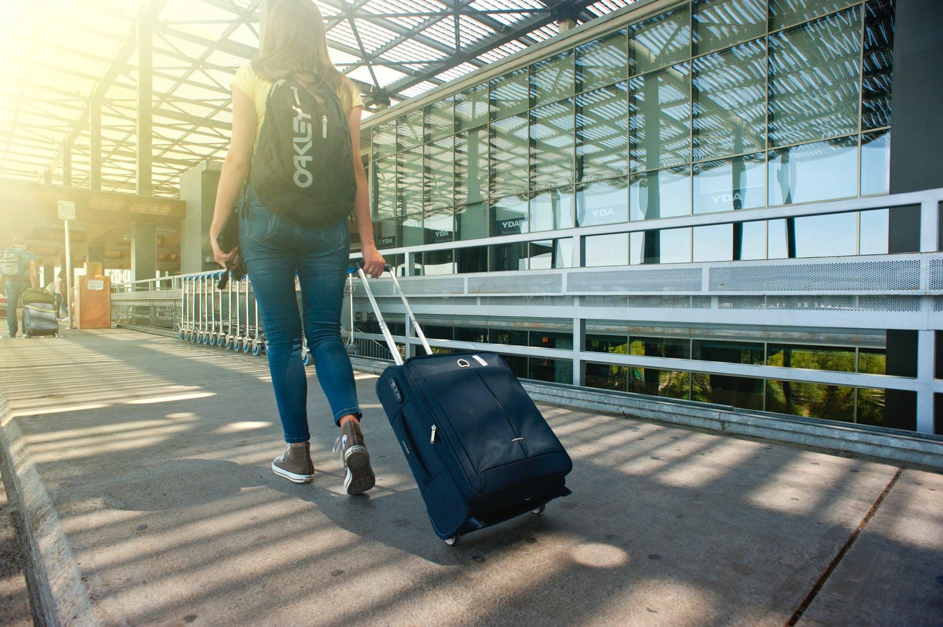 Kvinde der rejser