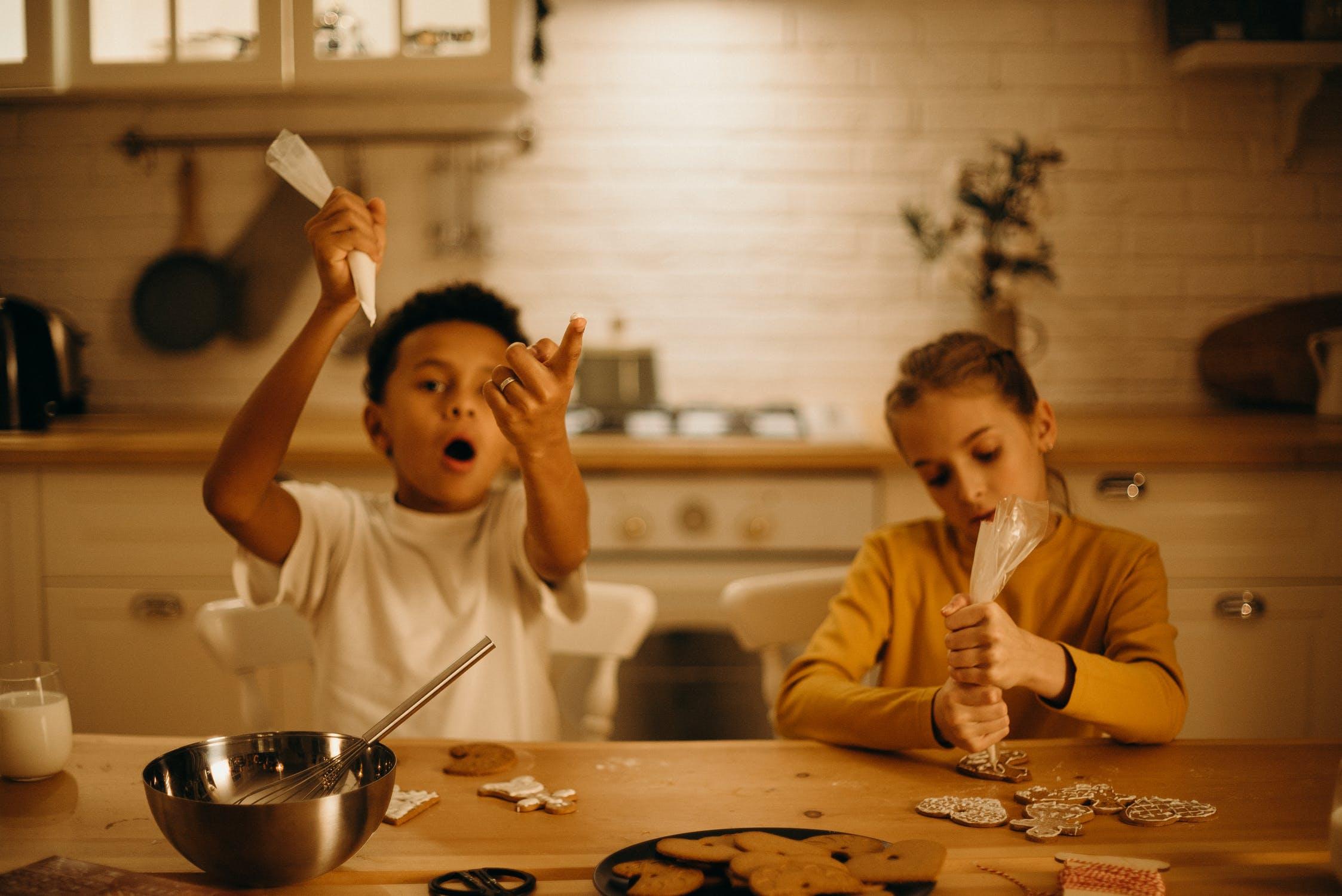 to børn laver julesmåkager