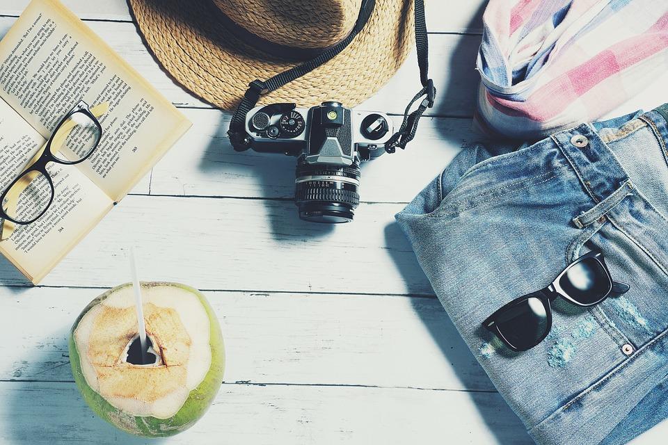 Kamera, solbriller og bukser